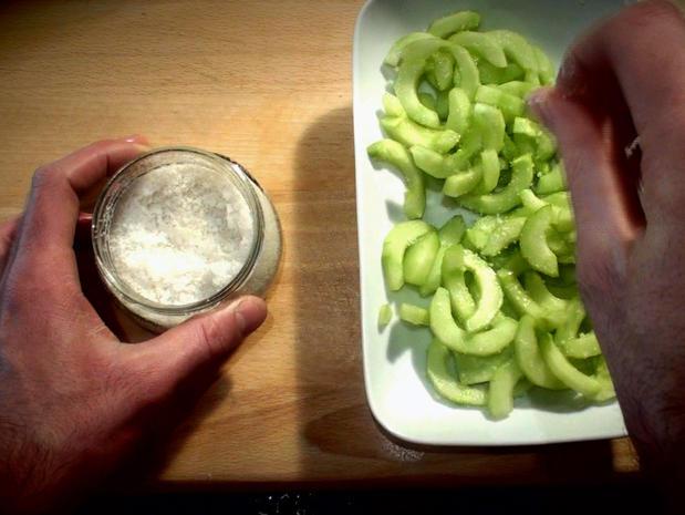 Faire dégorger des légumes (concombres)
