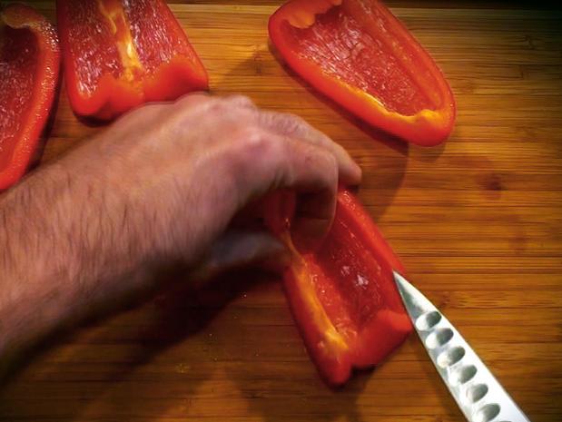 Préparer et émincer les poivrons