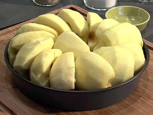 Préparer des pommes pour une tarte tatin
