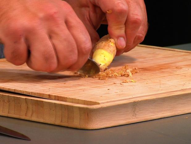 Peler du gingembre avec une cuillère