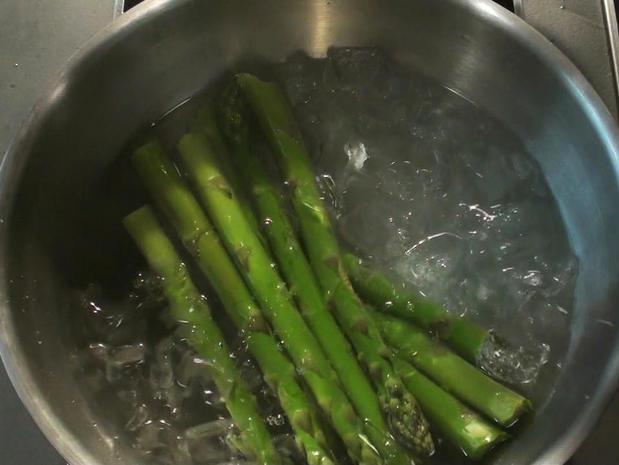 Cuire des asperges vertes à l'eau