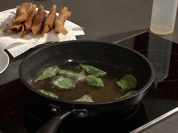 Frire des feuilles de basilic