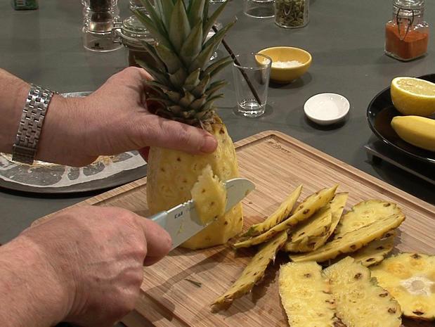 Tailler des rondelles d'ananas