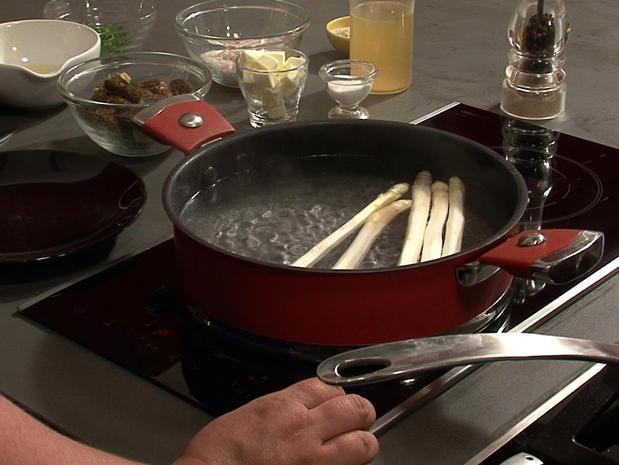 Cuire des asperges blanches à l'eau