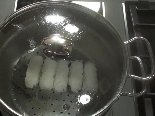 Cuire des banh hoï à la vapeur