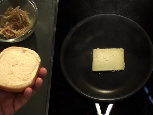 Faire fondre le fromage d'un burger