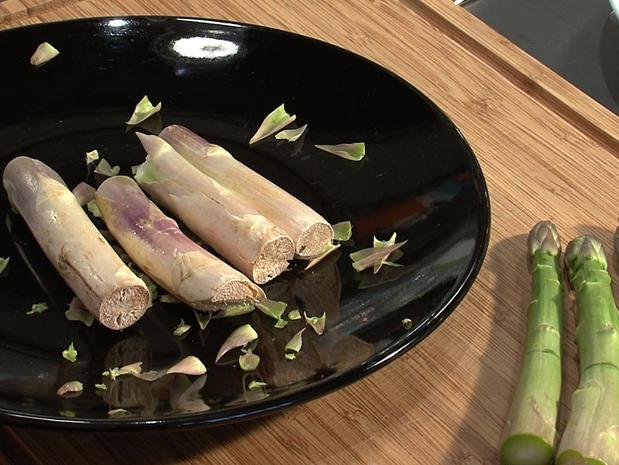 Éplucher des asperges vertes