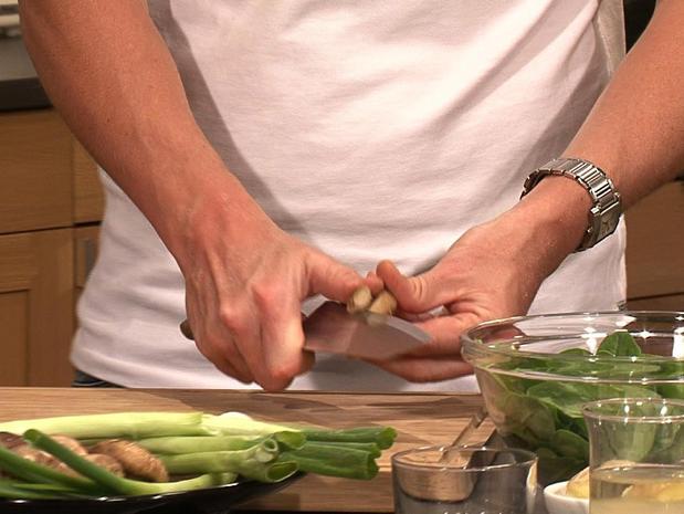 Préparer et émincer des shiitakes